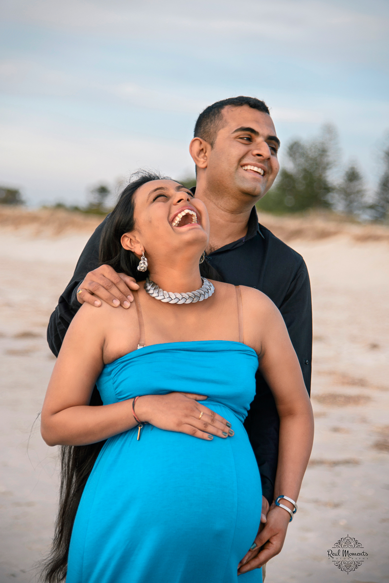 Lifestyle photography: bundle of love - laughing couple